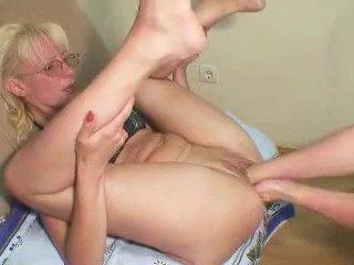 Два мужика больно и безжалостно разорвали жопу и горло бедной грудастой блондинке фото