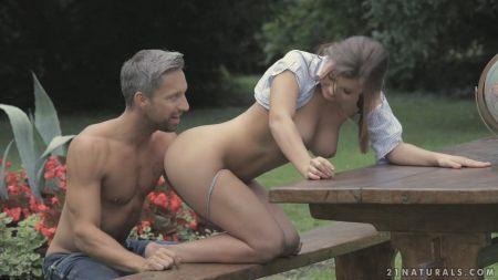 Русская порно актриса Марина Висконти Marina Visconti с огромными натуральными сиськами долбится в анал с большим стволом фото